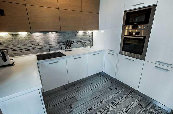 Puncak Dalaman Dapur Adalah Lukisan Dinding Di Ruang Makan Yang Bersempadan Dengan Pintu Keluar Ke Balkoni Ini Siluet Cawan Teko
