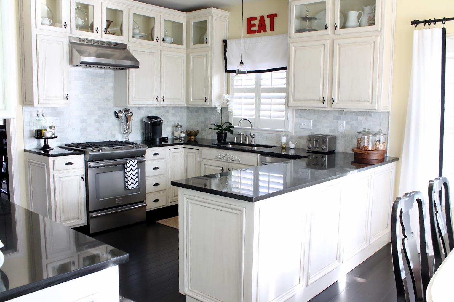 مطبخ داخلي أبيض وأسود البلاط الأسود في المطبخ الداخلية المتناقضة